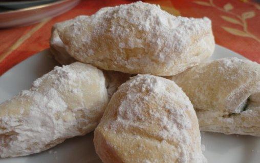 Retete Culinare - Cornulete din foietaj cu rahat