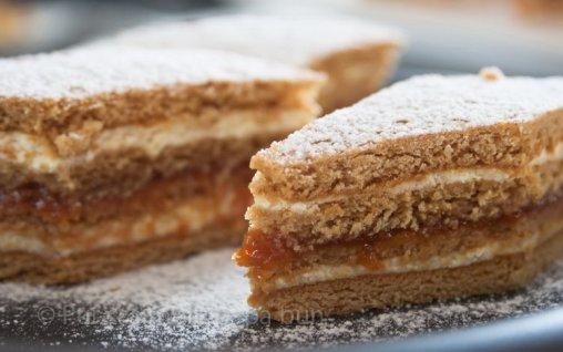 Retete Culinare - Prăjitură cu foi cu miere de albine