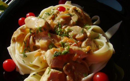 Retete Culinare - Tagliatelle cu pui si ciuperci