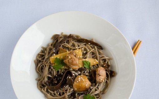 Retete Culinare - Taietei soba cu ciuperci de lemn si muguri de bambus