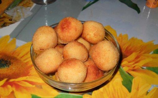 Retete Culinare - Bulete de cartofi cu cascaval