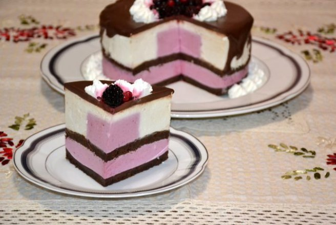 Tort mousse de ciocolata si fructe de padure