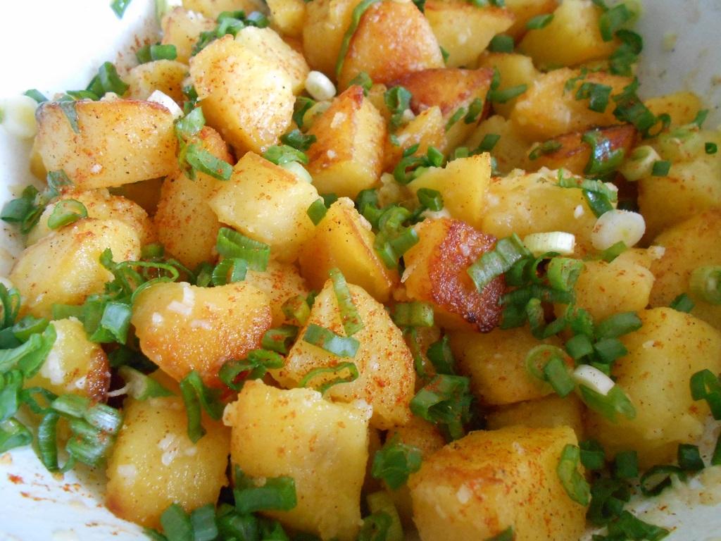 Cartofi rumeniti, cu ceapa verde si usturoi
