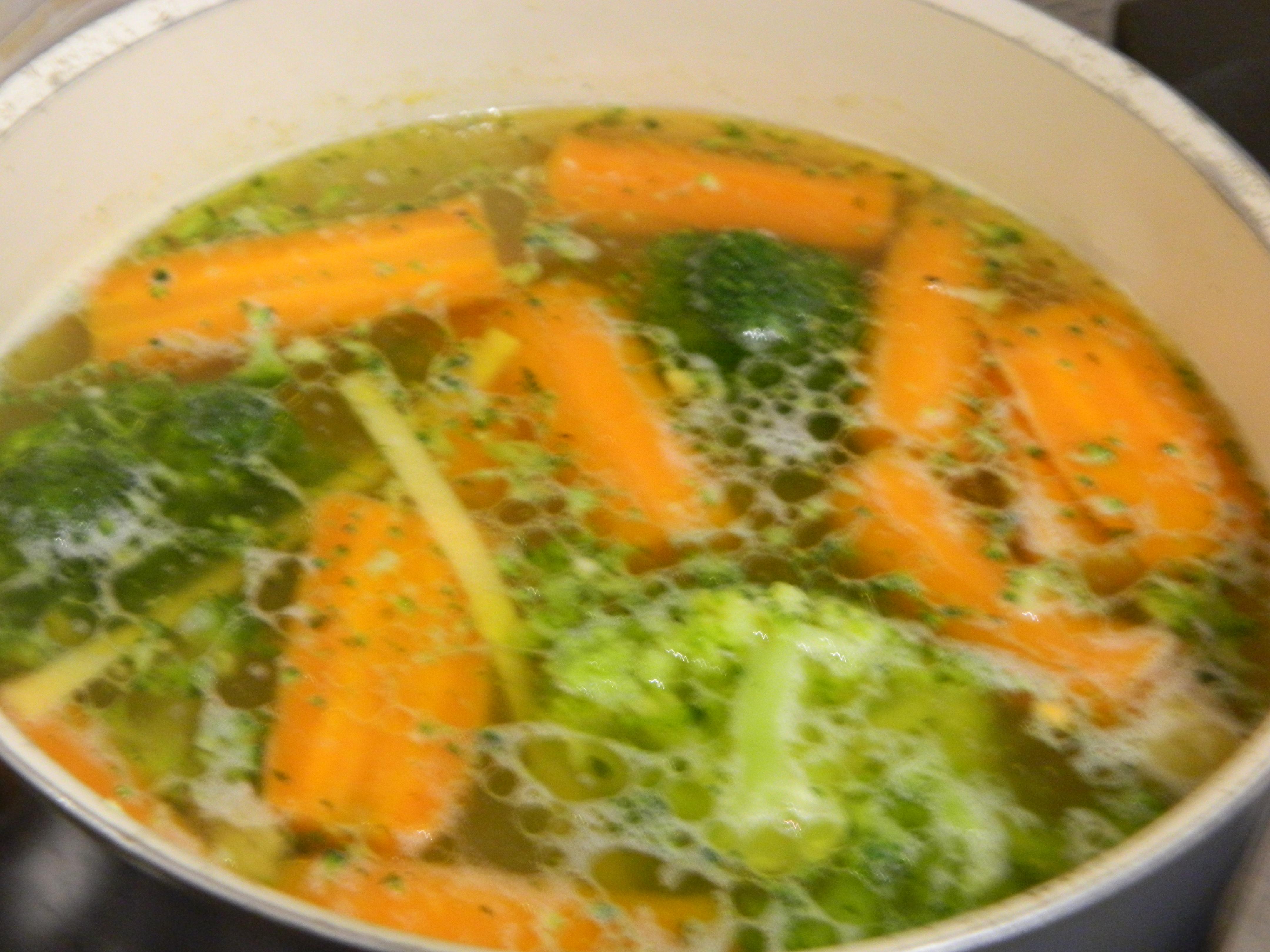 Supa de pui cu taitei lati si broccoli