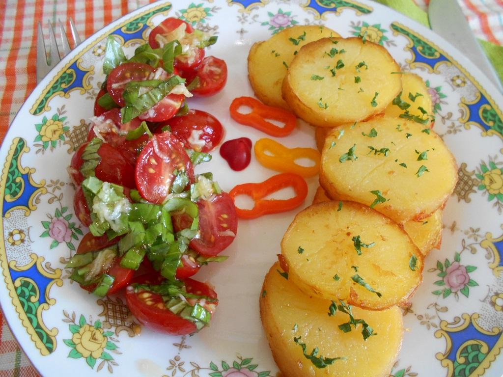 Salata picanta de rosii cherry, cu garnitura de cartofi