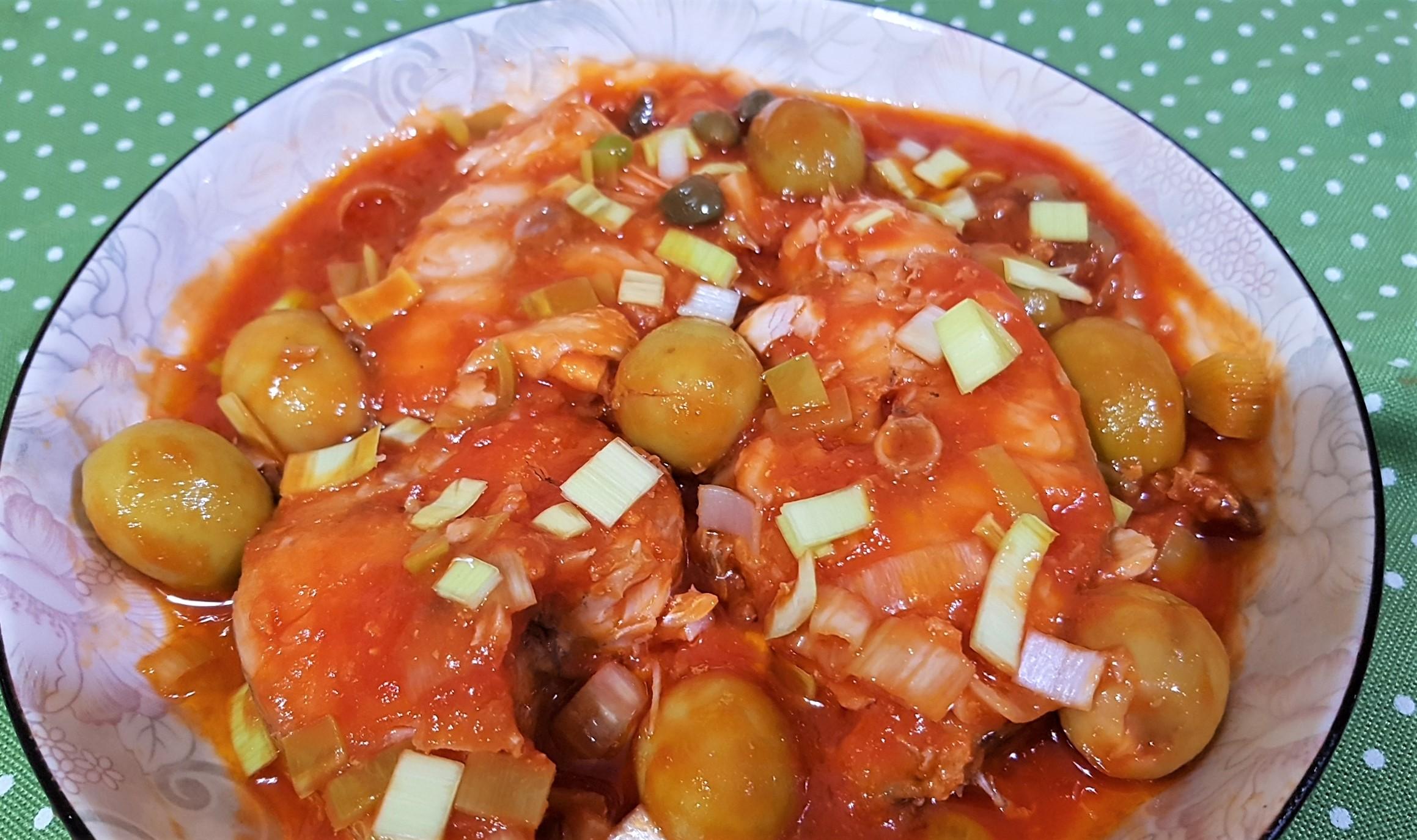 Salau in sos de rosii cu masline , praz si capere - la Crock Pot