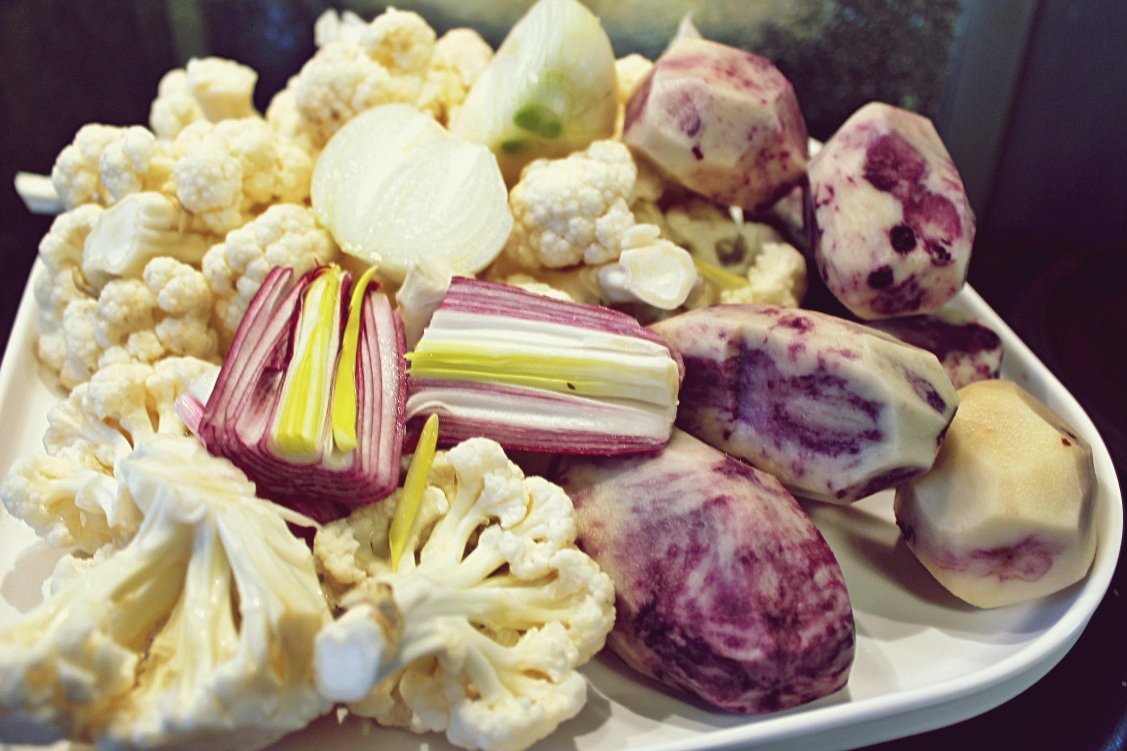 Supă cremă din conopidă, cartofi mov și brânză Brie