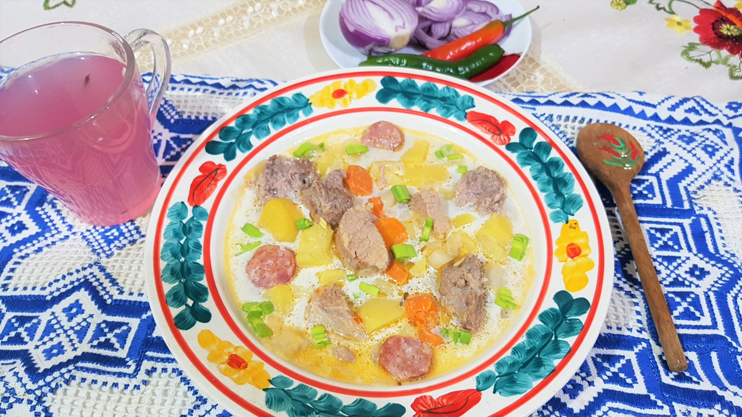 Ciorba cu zeama de varza acra cu carnati, cartofi si smantana