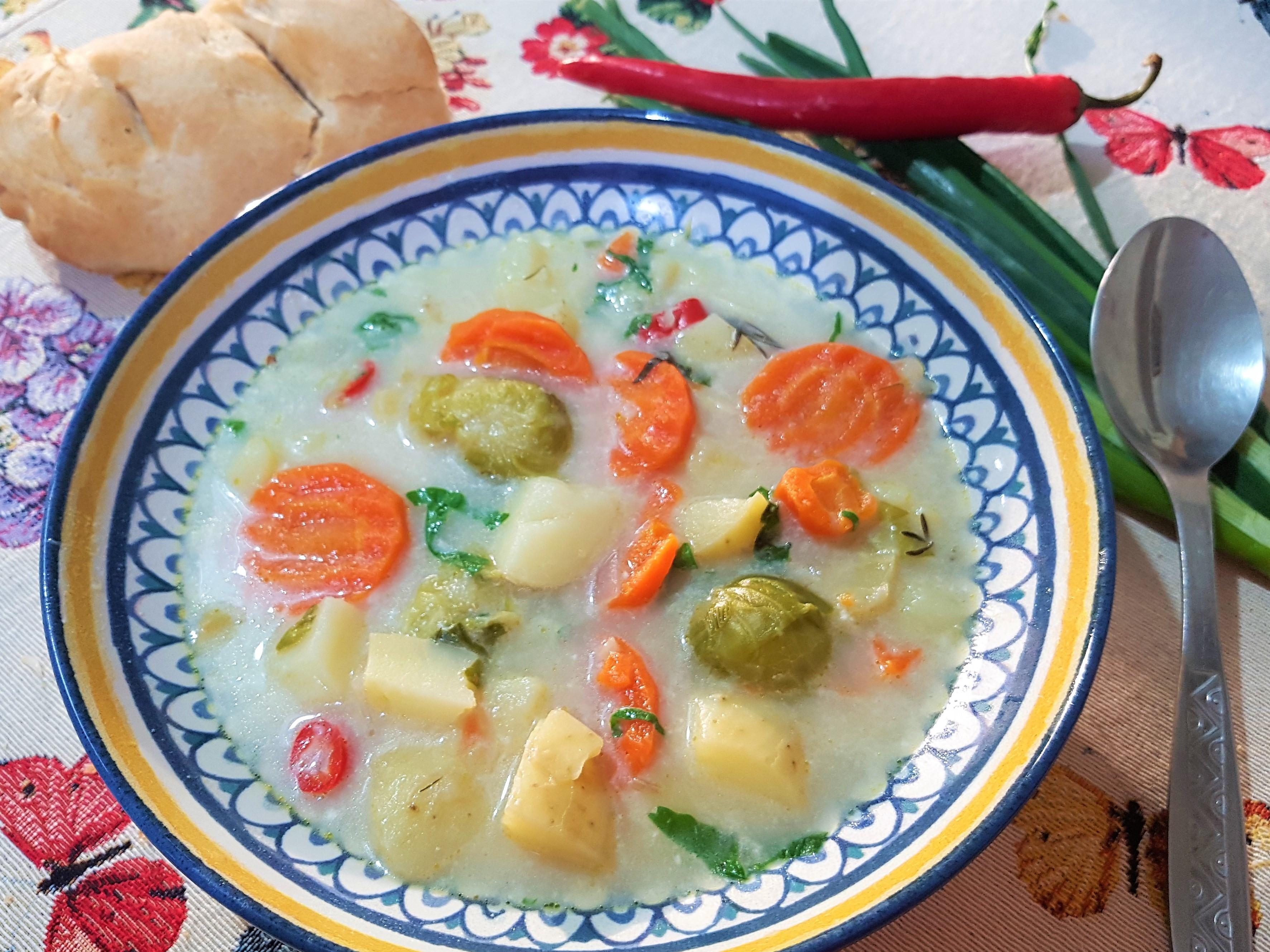 Supa de cartofi noi, verzisoare de Bruxelles si iaurt grecesc