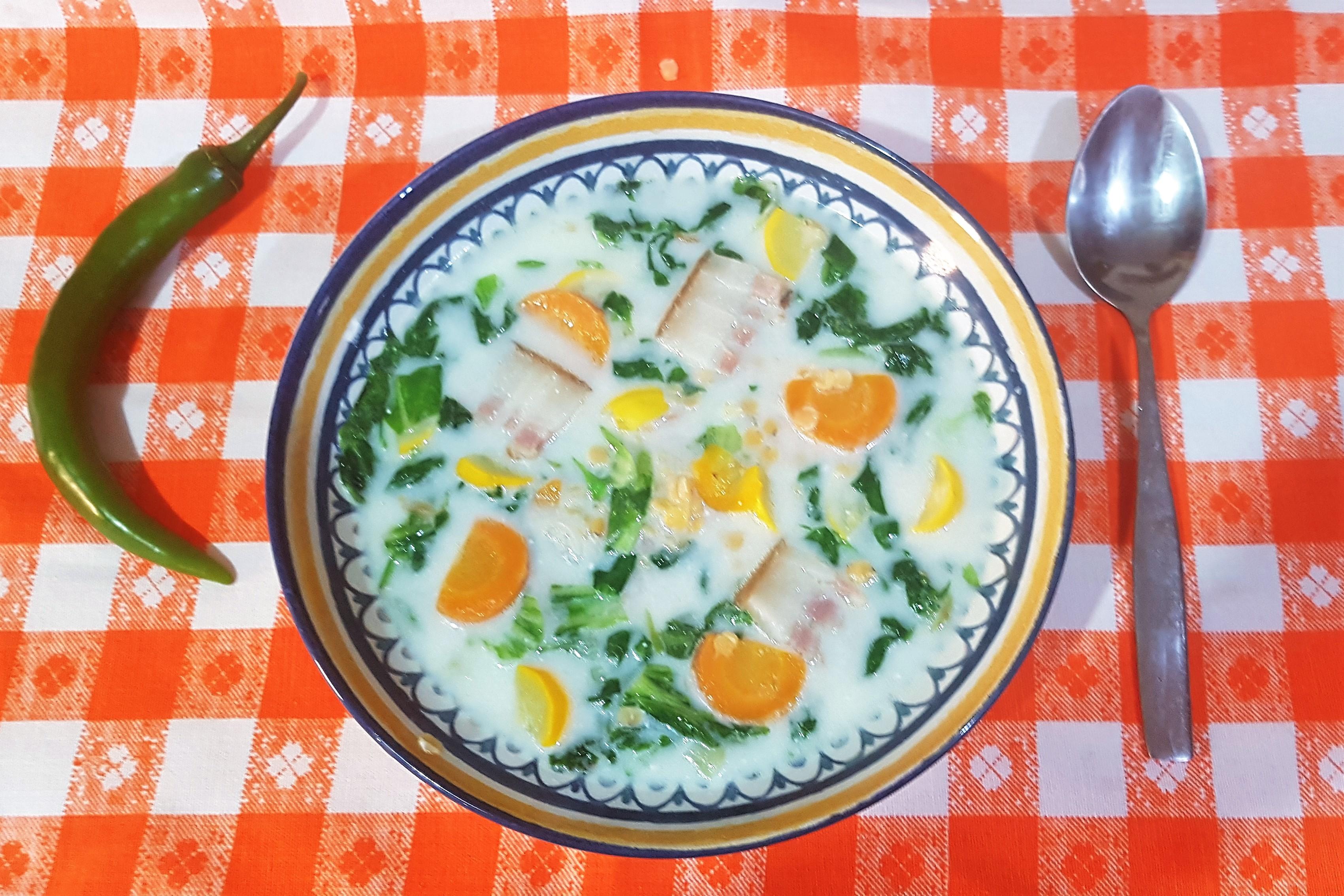 Supa de salata verde cu zucchini galben si linte rosie