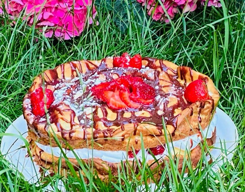Tort ecler cu capsuni si sos de ciocolata