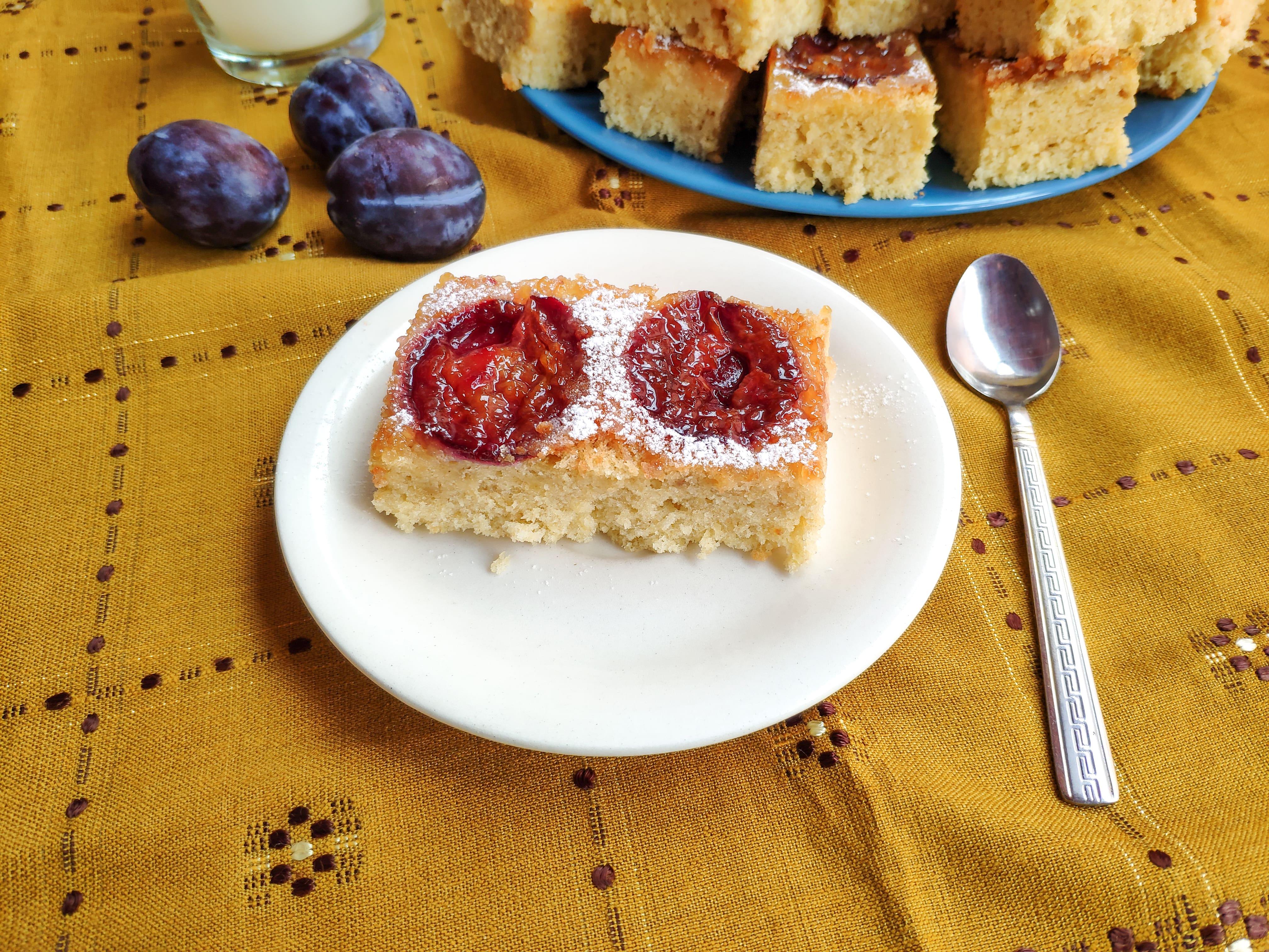 Prăjitură răsturnată cu prune